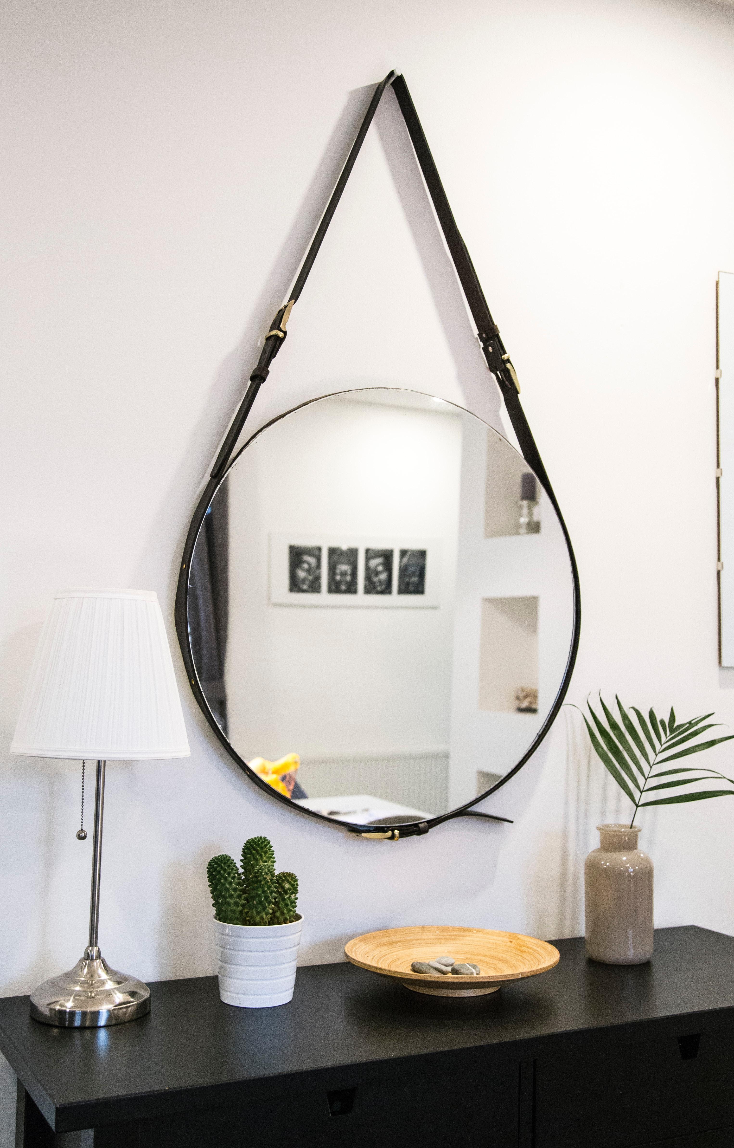 Spiegel mit Gürtel als Halterung