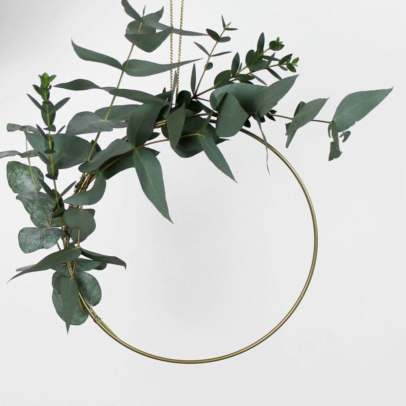 Metallring mit Kunstpflanzen
