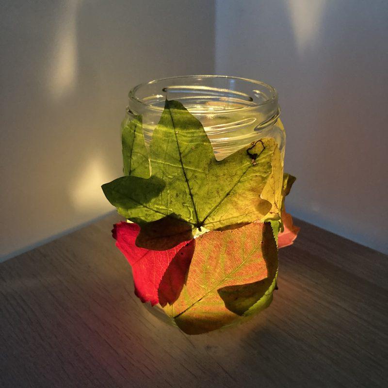 Blätterglas mit Kerze